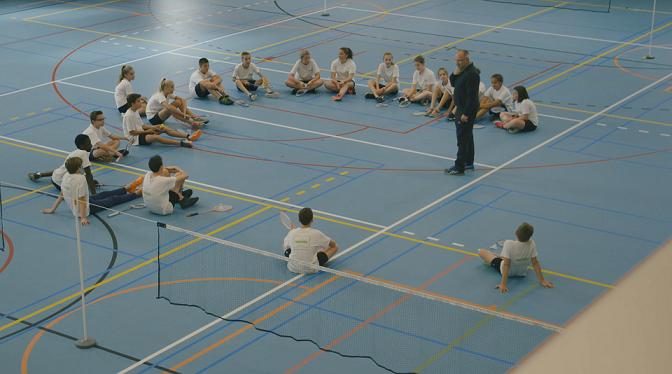 Leerlingen VMS Roeselare zittend in sporthal
