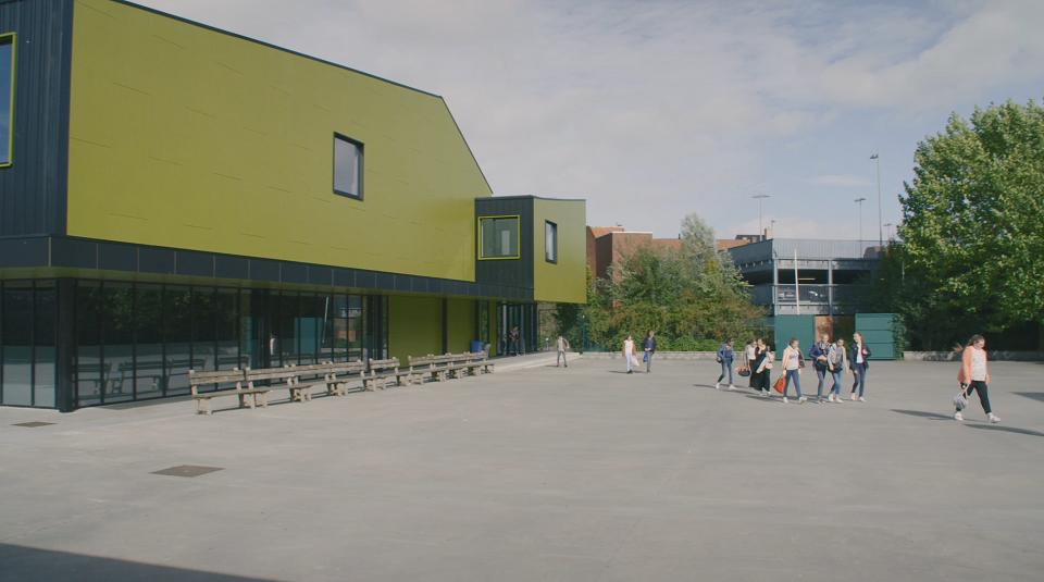 Leerlingen vertrekkend uit sporthal VMS Roeselare